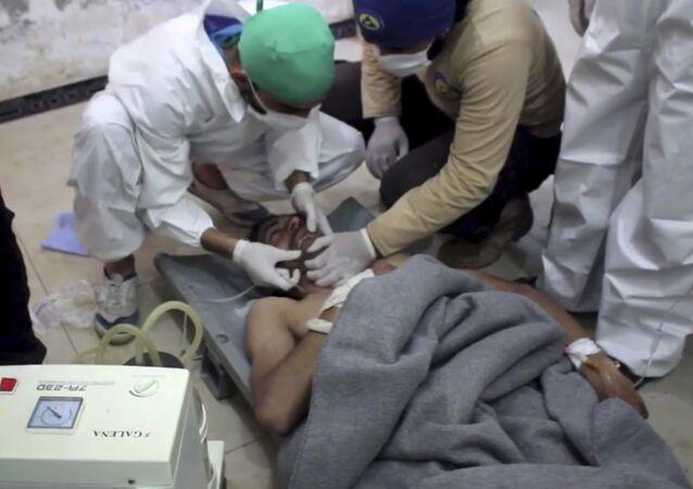 Ayuda médica a una víctima del supuesto ataque químico en Idlib, Siria (archivo)