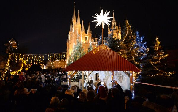 Feria navideña celebrada por los fieles católicos cerca de la Catedral de la Inmaculada Concepción de Moscú, 24 de diciembre de 2013. - Sputnik Mundo