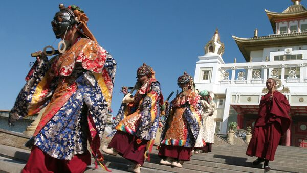 Clérigos budistas durante la danza animada Cham, en el templo de Buda Gautama de Elistá, Rusia, 23 de mayo de 2009 - Sputnik Mundo