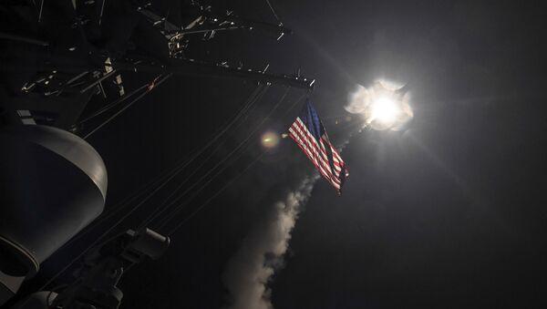 Lanzamiento de misil de crucero Tomahawk desde el destructor USS Porter de la Marina - Sputnik Mundo