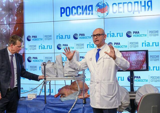Presentación de un complejo quirurgico-robótico ruso en MIA Rossiya Segódnia