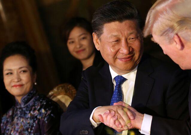 El presidente de China, Xi Jinping con el mandatario de EEUU, Donald Trump, en Florida (archivo)