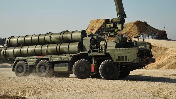 Rusia despliega los sistemas de misiles de defensa antiaerea S-400 en Siria - Sputnik Mundo
