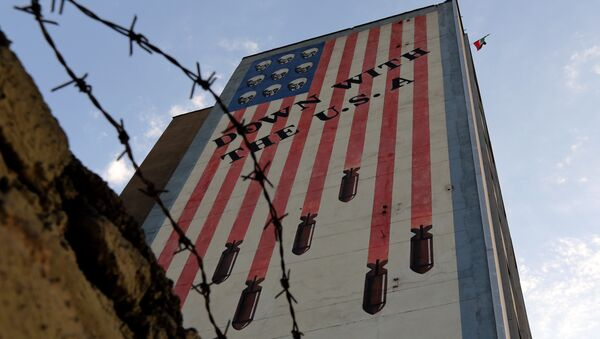 Graffiti with anti-US slogan is seen decorating the wall of a building in Tehran on July 14, 2015 - Sputnik Mundo
