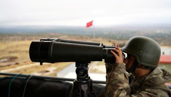 A Turkish soldier watches the border line between Turkey and Syria near the southeastern village of Besarslan, in Hatay province, Turkey, November 1, 2016 - Sputnik Mundo