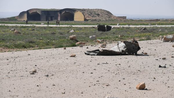 The aftermath of a US missile strike at the Shayrat military field in Syria - Sputnik Mundo