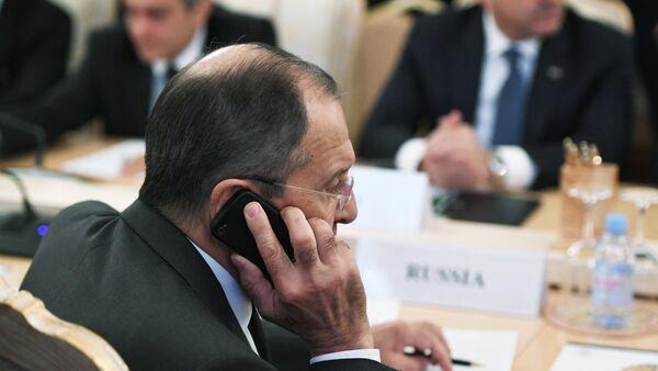 El ministro de Asuntos Exteriores, Serguéi Lavrov, habla por teléfono (imagen referencial) - Sputnik Mundo