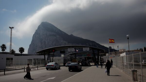 People enter the British territory of Gibraltar, historically claimed by Spain, at its border with Spain, in La Linea de la Concepcion - Sputnik Mundo