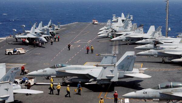 Cazas estadounidenses F-18 en el portaviones USS Carl Vinson en el Mar de China Meridional - Sputnik Mundo