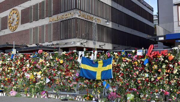 Las flores en honor a las víctimas del atentado en Estocolmo - Sputnik Mundo