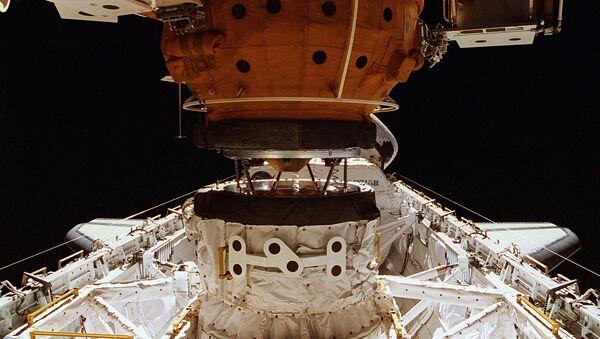 El acoplamiento de la nave orbital estadounidense Shattle con la estación Mir con el uso del sistema APAS - Sputnik Mundo