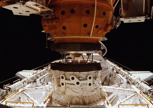 El acoplamiento de la nave orbital estadounidense Shattle con la estación Mir con el uso del sistema APAS