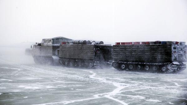 Las pruebas del nuevo armamento moderno y la maquinaria bélica rusos en el Ártico - Sputnik Mundo