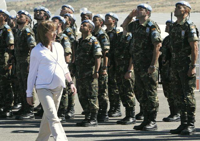 La exministra de Defensa Carme Chacón visita a las tropas desplegadas en Líbano.