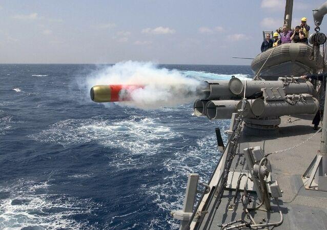 Un torpedo sale volando de un cañón