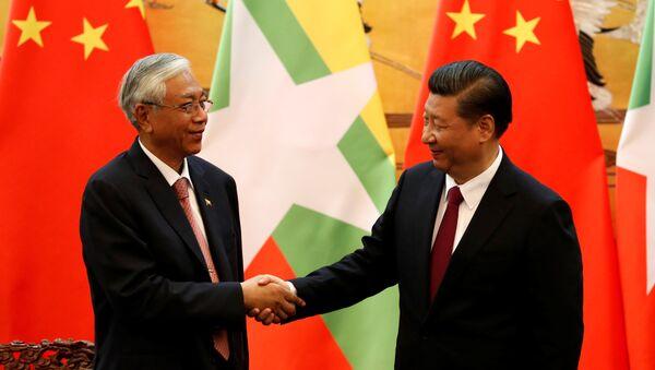 Xi Jinping y Htin Kyaw, los mandatarios de China y Birmania - Sputnik Mundo