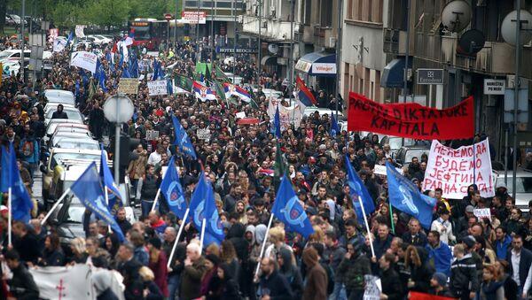 Manifestantes participan en una protesta contra la victoria de Vucic en las elecciones presidenciales de Serbia - Sputnik Mundo