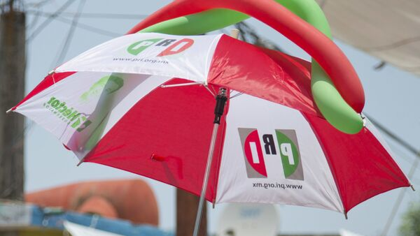 Paraguas con logo de PRI - Sputnik Mundo