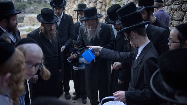 Ultra-Orthodox Jewish men collect water from a spring to make matza, a traditional handmade Passover unleavened bread - Sputnik Mundo
