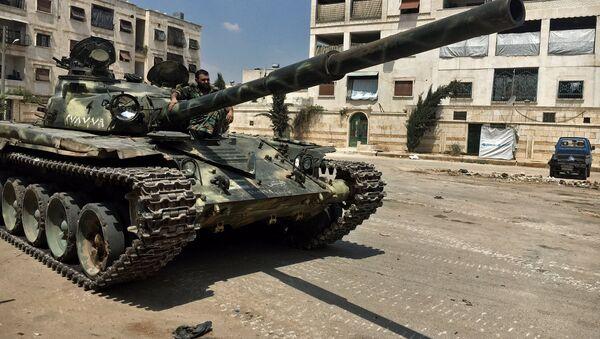Un militar del Ejército sirio en un tanque T-72 - Sputnik Mundo