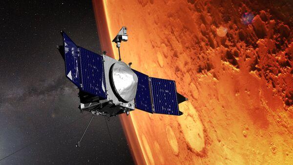 Una representación artística de la sonda espacial MAVEN sobrevolando Marte - Sputnik Mundo
