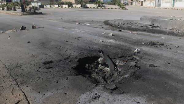 A crater is seen at the site of an airstrike, after what rescue workers described as a suspected gas attack in the town of Khan Sheikhoun in rebel-held Idlib - Sputnik Mundo