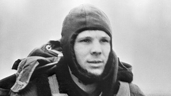 Юрий Гагарин во время тренировки - Sputnik Mundo