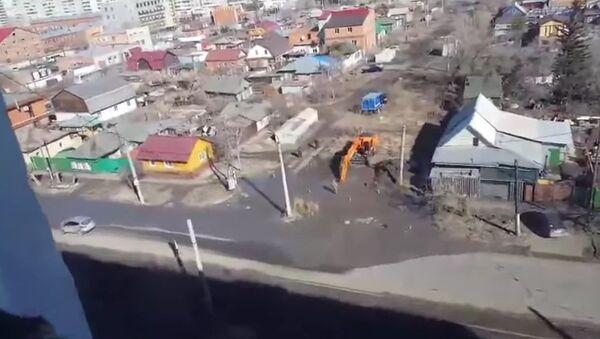 Una excavadora daña una tubería de suministro de agua - Sputnik Mundo