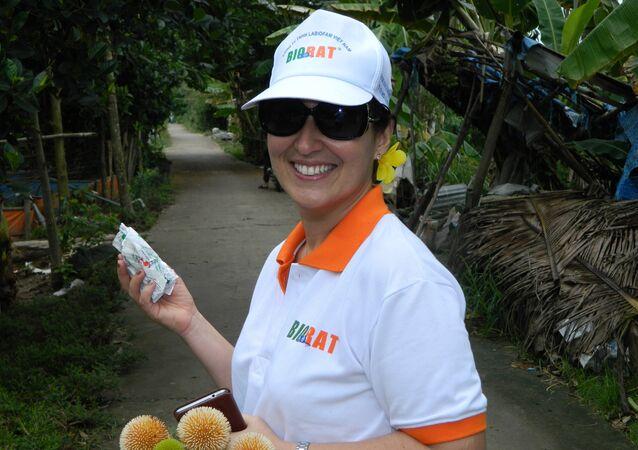 Directora general de Labiofam en Vietnam con rodenticida Biorat