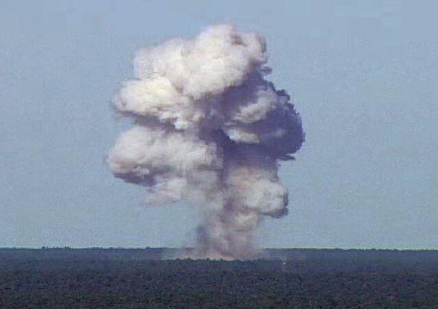 Explosión de la GBU-43 durante pruebas llevadas a cabo en la Base de la Fuerza Aérea Eglin, Florida, EEUU