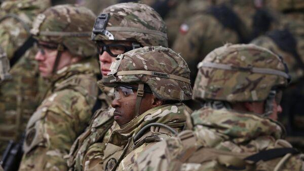 Soldados participan del saludo oficial de un grupo militar de la OTAN en la ciudad polaca Orzysz - Sputnik Mundo
