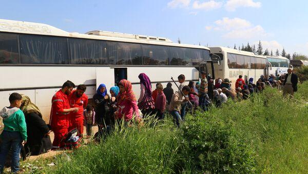 Habitantes evacuados de las localidades de Fua y Kefraya, Siria en abril del 2017 - Sputnik Mundo