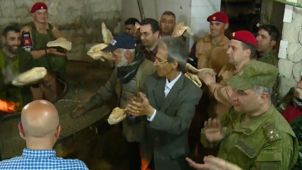 Haz pan, no la guerra: militares rusos ayudan a restaurar una panadería en Alepo (vídeo) - Sputnik Mundo