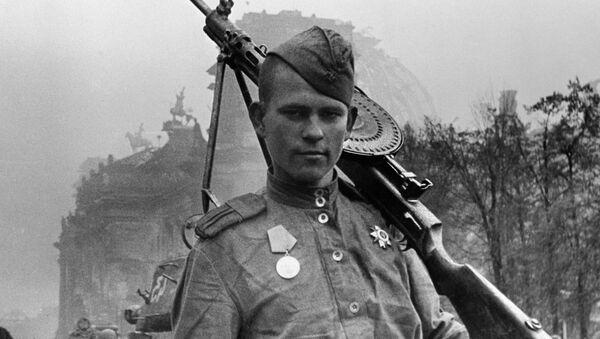 Un soldado soviético - Sputnik Mundo