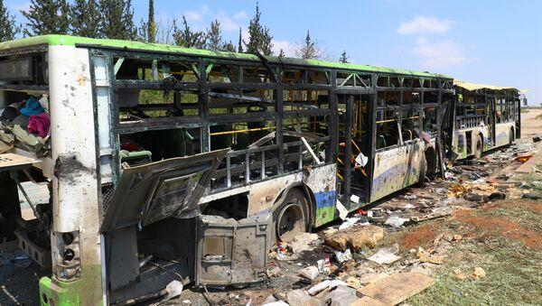 Los autobuses tras la explosión en el barrio de Al Rashidín, en las afueras de Alepo, Siria - Sputnik Mundo