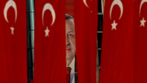 El retrato de Recep Tayyip Erdogan, presidente de Turquía, detrás de la banderas del país - Sputnik Mundo