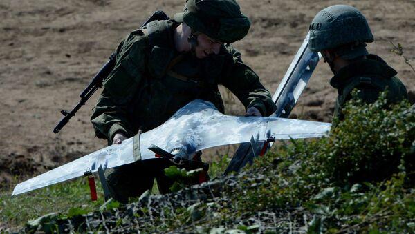 Los militares rusos preparan un dron durante los ejercicios conjuntos con sus colegas indios (archivo) - Sputnik Mundo