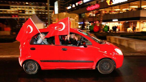 Partidarios de Erdogan tras el reférendum - Sputnik Mundo