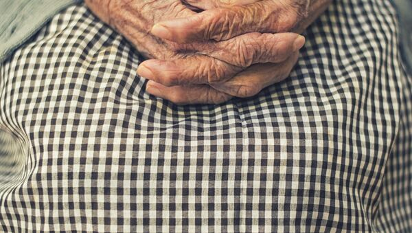 Manos de una anciana - Sputnik Mundo