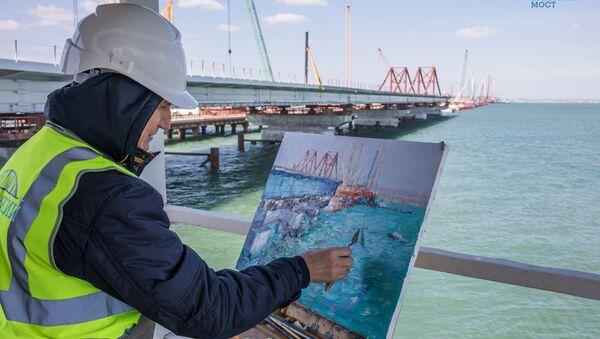 Un pintor realiza boceto del proceso de construcción del puente de Crimea - Sputnik Mundo