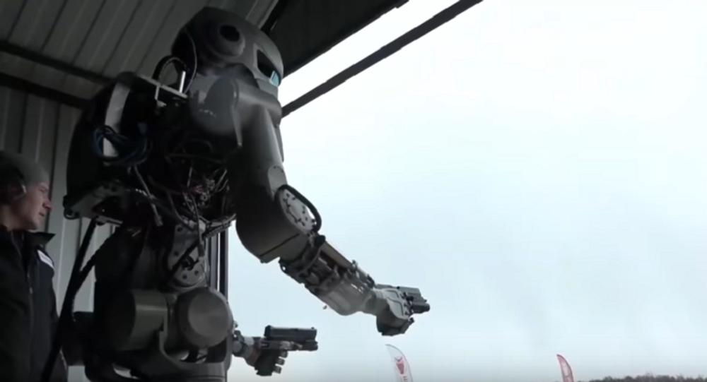 El humanoide robótico Fedor muestra habilidades de tiro