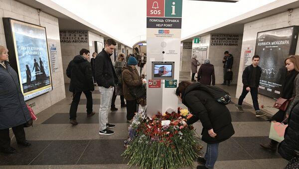 Las flores en homenaje a las víctimas de la explosión en San Petersburgo - Sputnik Mundo