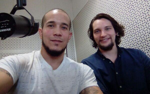 Junior Brett ofreciendo entrevista a Víctor Ternovsky en los estudios de Radio Sputnik - Sputnik Mundo