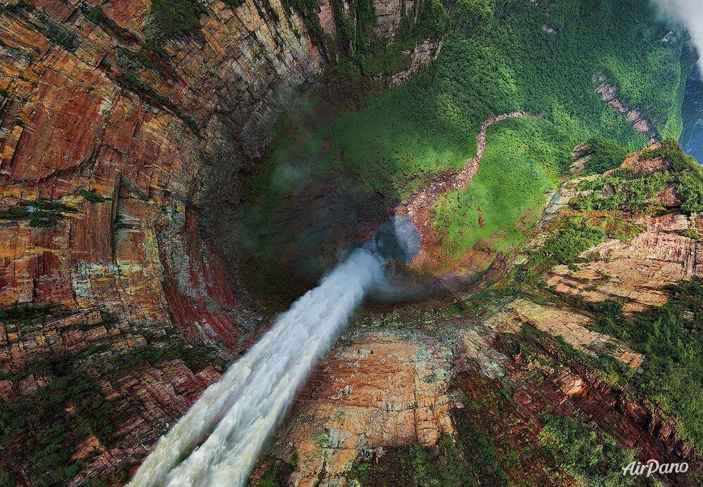 El Salto Ángel en Venezuela, el salto de agua más alto del mundo, con una altura de 979 metros