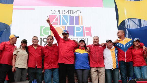 El presidente venezolano Nicolas Maduro y miembros de su Gobierno durante la manifestación progubernamental en Caracas, Venezuela, 19 de abril de 2017 - Sputnik Mundo