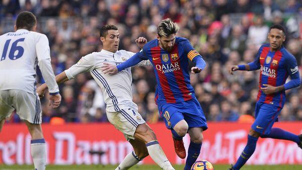 Cristiano Ronaldo y Lionel Messi durante un partido en 2016 - Sputnik Mundo