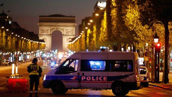 La policía francesa en la Avenida de los Campos Elíseos, París, Francia - Sputnik Mundo