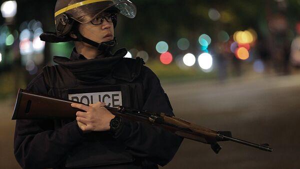 La policía francesa en la avenida de los Campos Elíseos - Sputnik Mundo