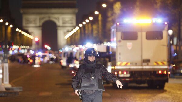 La policía francesa en los Campos Elíseos - Sputnik Mundo