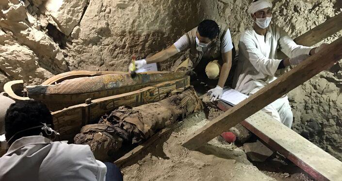 Descubren ocho momias intactas en una tumba faraónica de Egipto